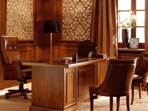 Vista di un ufficio in stile classico con grande scrivania in legno e sedie in pelle marroni