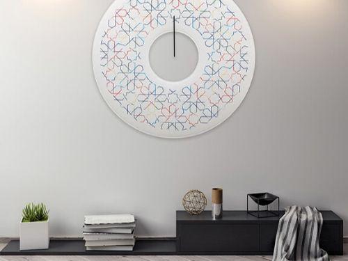 Panneloo pensile artistico in stle contemporaneo da ufficio di forma circolare raffigurante fantasie geometriche colorate.