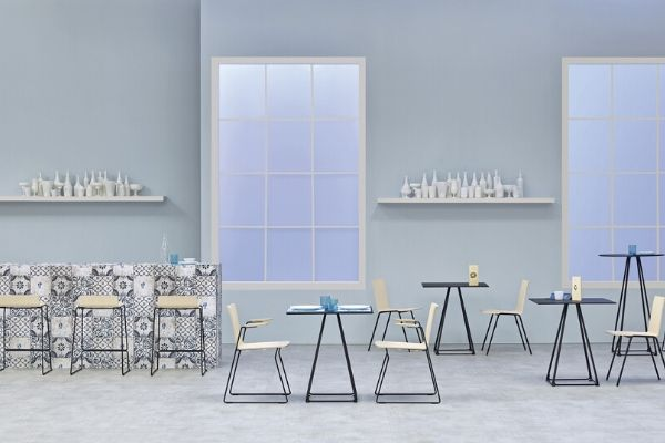 Vista di una mensa da ufficio con tavoli e sedie di design