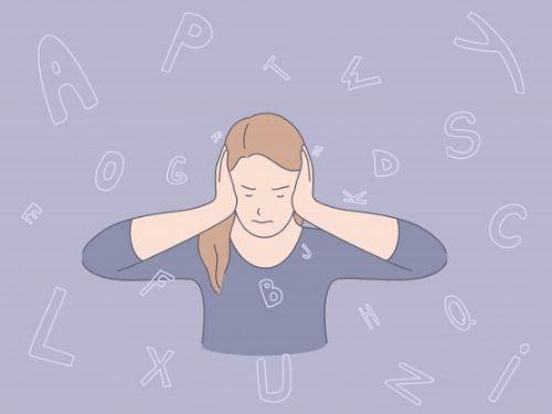 Donna con mal di testa causato dalla continua esposizione a rumori in ufficio