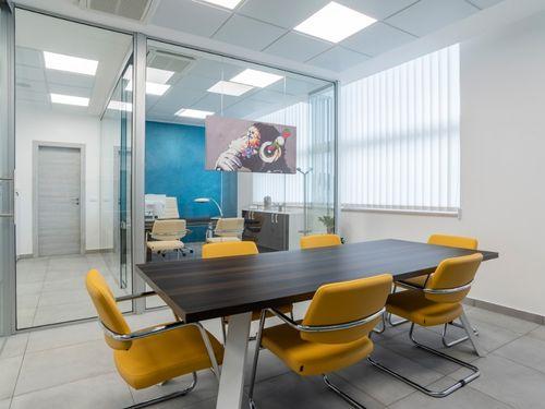 Render di un corridoio di un ufficio con postazioni separate da pareti divisorie