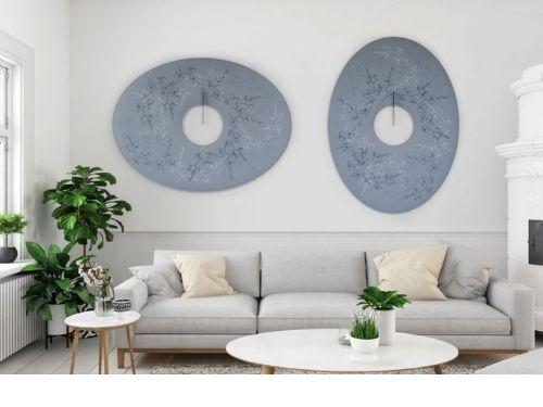 Zona living con divano e pannelli fonoassorbenti adagiati su pareti