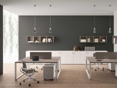 Due scrivanie di colore scuro fanno da sfondo ad un ambiente ricco di luci e colori.